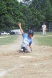 Gracz baseballa ono ślizga się w bazę, mała liga gra, Hebron, CT zdjęcia stock
