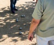 Gracz bawić się boules podczas turnieju Zdjęcia Stock