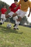 Gracz Bawić się piłkę nożną Na polu fotografia royalty free