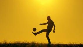 Gracz futbolu ćwiczy z piłką przy zmierzchem zdjęcie wideo