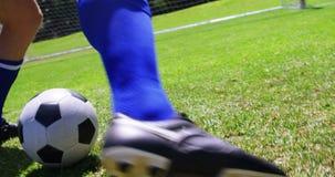 Gracz futbolu bawić się futbol w polu zdjęcie wideo