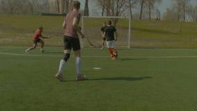 Gracz futbolu brać się do dla piłki przeciw strajkowiczowi zbiory