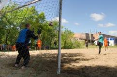 Gracz futbolu jest na celu w amator plaży piłki nożnej mistrzostwie obraz royalty free