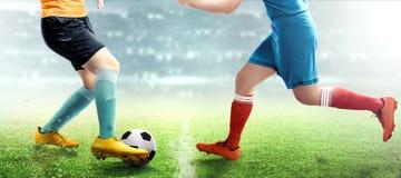 Gracz futbolu kobieta stacza się piłkę gdy rozdający z jej przeciwnikiem obraz royalty free