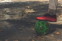 Gracz futbolu mienia piłka z stopą, zbliżenie zdjęcia stock