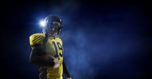 Gracz futbolu na ciemnym tle Mieszani środki Mieszani środki Fotografia Stock