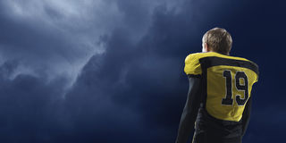 Gracz futbolu na ciemnym tle Mieszani środki Mieszani środki Obraz Stock