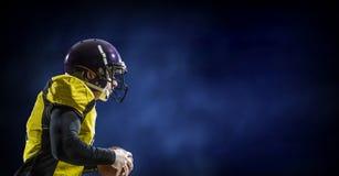 Gracz futbolu na ciemnym tle Mieszani środki Zdjęcia Stock