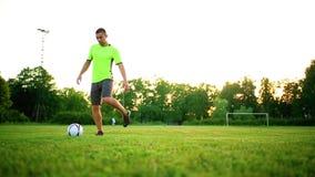 Gracz futbolu rozgrzewkowy up w stadium na słonecznym dniu zbiory wideo