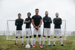 Gracz futbolu stoi na boisku do piłki nożnej przed słupkiem bramkim zdjęcia stock
