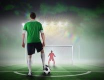Gracz futbolu wokoło brać karę Zdjęcie Royalty Free