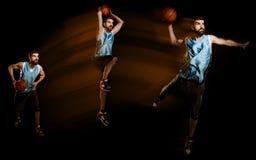 Gracz koszykówki jest mknącym piłką fotografia stock