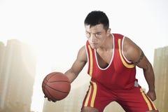 Gracz koszykówki, pejzażu miejskiego tło zdjęcia stock