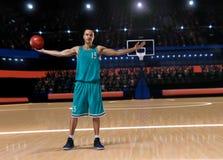 Gracz koszykówki pozycja na boisko do koszykówki Fotografia Royalty Free