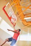 Gracz koszykówki robi trzaska wsadowi obraz royalty free
