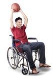 Gracz koszykówki trzyma piłkę na wózku inwalidzkim Obrazy Stock