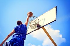 Gracz koszykówki w akci latającej wysokości osiąganiu i zdjęcia stock