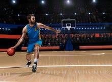 Gracz koszykówki w akci na koszykówki boisku Fotografia Stock