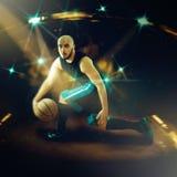 Gracz koszykówki w gemowych robi zwodach z piłką Zdjęcie Stock