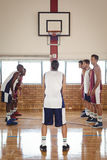 Gracz koszykówki wokoło brać karę strzelającą podczas gdy bawić się koszykówkę Obraz Royalty Free