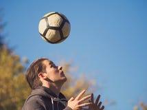 Gracz Piłki Nożnej Ćwiczy z futbolem obrazy stock