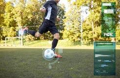 Gracz piłki nożnej bawić się z piłką na boisku piłkarskim Obrazy Royalty Free