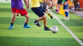 Gracz piłki nożnej bieg łapać w pułapkę piłkę dla krótkopędu i kontrolować cel z chirliderka drużyny tłem obraz royalty free