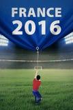Gracz piłki nożnej ciągnie sztandar w stadium Zdjęcie Royalty Free