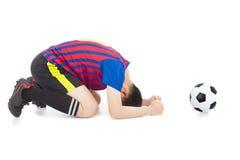 Gracz piłki nożnej gubi grę i klęczy puszek fotografia royalty free