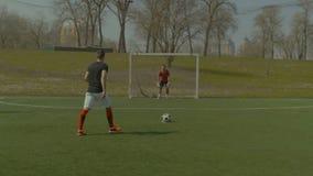 Gracz piłki nożnej iść dla karny podczas dopasowania zbiory wideo