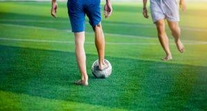 Gracz piłki nożnej no jest ubranym sport koszula i bosy łapać w pułapkę piłkę dla krótkopędu i kontrolują cel fotografia royalty free