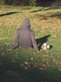 Gracz Piłki Nożnej Pozuje z futbolem obrazy stock