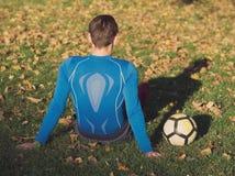 Gracz Piłki Nożnej Pozuje z futbolem zdjęcie stock
