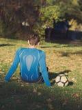 Gracz Piłki Nożnej Pozuje z futbolem zdjęcia stock