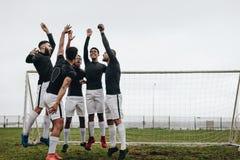 Gracz piłki nożnej skacze na miejscu po animusz rozmowy zdjęcia stock