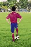 Gracz piłki nożnej z piłką przy polem Obraz Stock