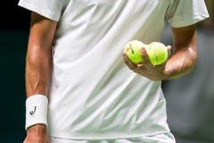 Gracz trzyma tenisowe piłki przed słuzyć Obraz Stock