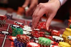 Gracz umieszcza układy scalonych na uprawia hazard stole w kasynie obrazy stock