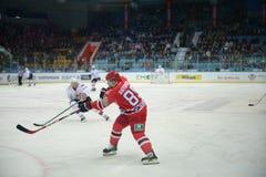 Gracz w hokeja hokeja klub Avtomobilist Yekaterinburg Andrei Antonov Obrazy Royalty Free