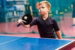 Gracz w tenisa bawi? si? pi?k? w sto?owym tenisie, ?wista pong obrazy stock