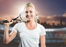 Gracz w tenisa ono uśmiecha się przeciw stadium i linii horyzontu Obrazy Stock