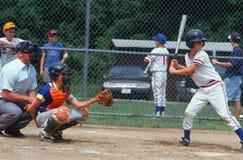 Gracza baseballa uderzenie kijem zdjęcia stock