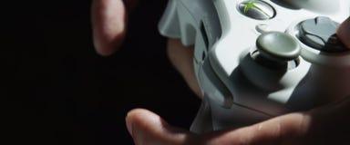 Gracza Gamer mężczyzna Wręcza bawić się gra wideo na konsoli z joystickiem obrazy stock