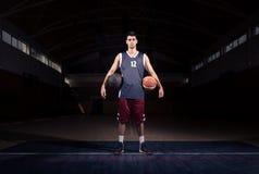 Gracza koszykówki dwa piłek pozować Obraz Stock