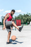 Gracza koszykówki szkolenie z koszykówki piłką przy sądem Obrazy Stock