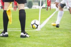 Gracza liniowego pomocniczy arbiter przy kątem boisko do piłki nożnej zdjęcia stock