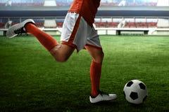 Gracza piłki nożnej kopanie na polach zdjęcie stock