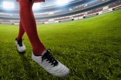 Gracza piłki nożnej kopanie na zielonym polu fotografia stock