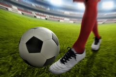 Gracza piłki nożnej kopanie na zielonym polu zdjęcie stock