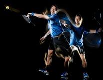 Gracza w tenisa mężczyzny czerni tła światła obrazu prędkości ruch zdjęcie stock